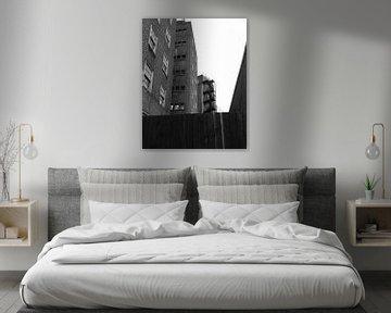 Mehrfamilienhaus in den Londoner Vororten (schwarz und weiß) von Deborah Blanc