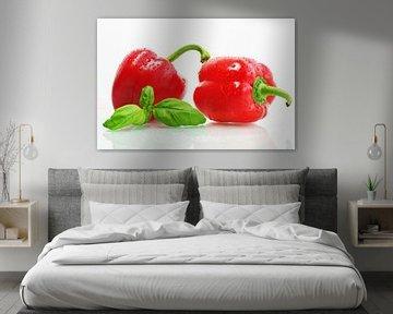 Gloeiende rode paprika met verse kruiden