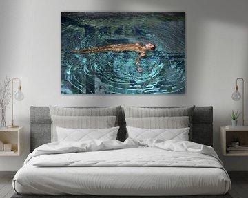 naakte vrouw in helder blauw water met reflectie van omgeving van Cor Heijnen