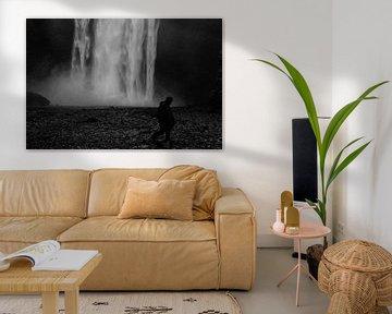 Wasserfall-Silhouette in Island in schwarz und weiß. von RUUDC Fotografie