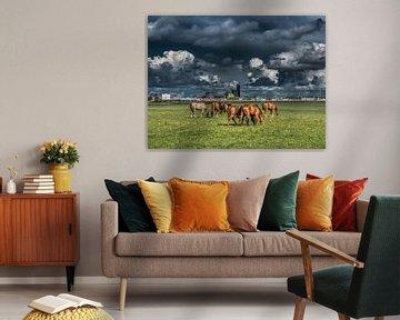 Zicht op Leeuwarden met paarden op de voorgrond van Harrie Muis