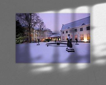 Beelden op  binnenplaats van Grand Hotel Karel V in Utrecht van Donker Utrecht