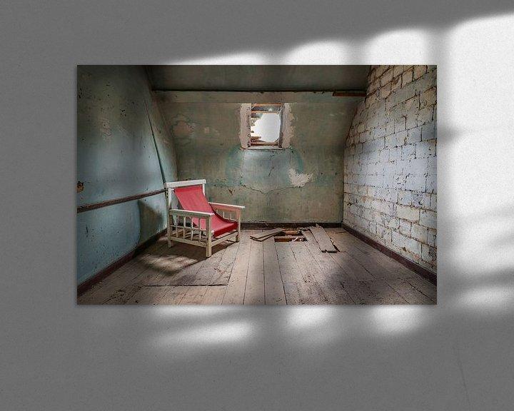Beispiel: Verfallener Raum mit seinem roten Stuhl. von Patrick Löbler