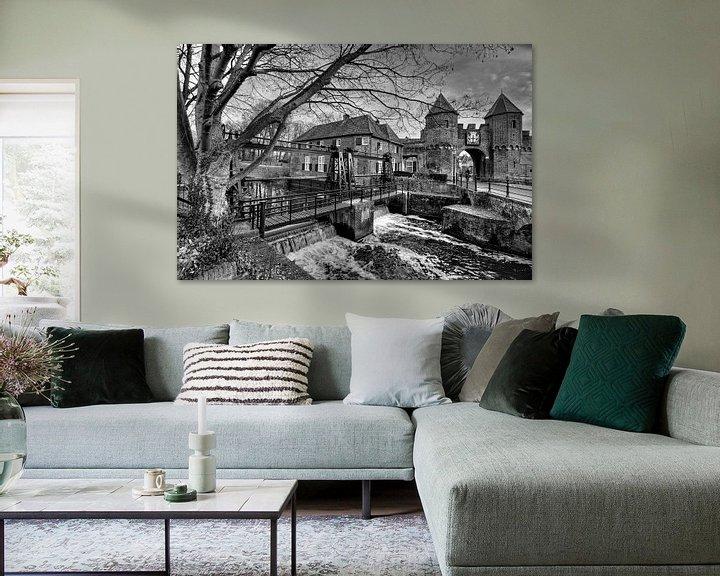 Sfeerimpressie: Koppelpoort historisch Amersfoort zwart-wit van Watze D. de Haan