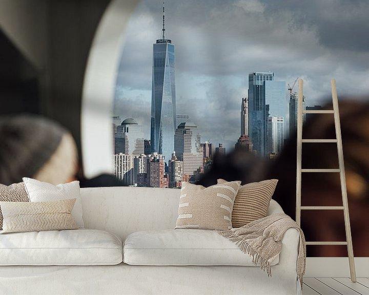 Sfeerimpressie behang: One World Trade Center vanaf de ferry naar Ellis Island van Bas de Glopper
