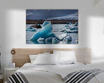 Drijvende ijsberg in het Jokulsaron meer van Arina Kraaijeveld