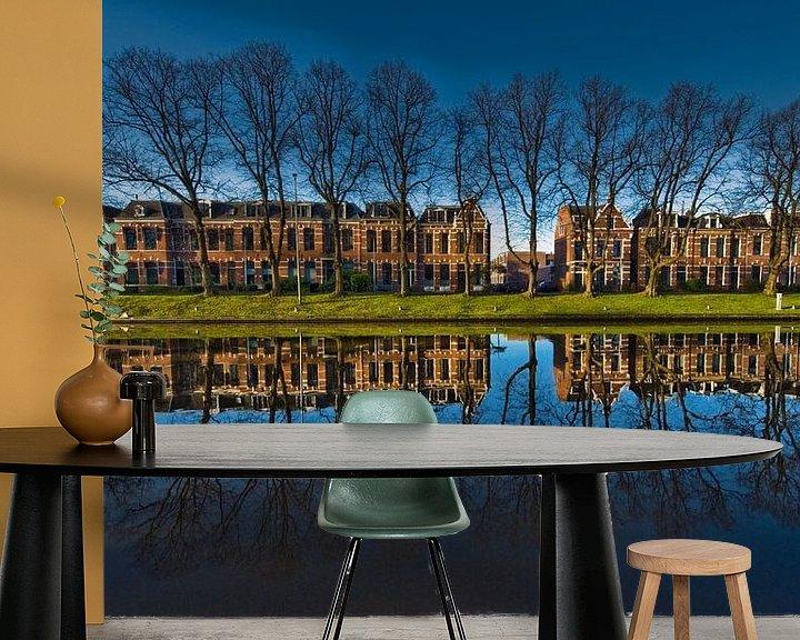 Sfeerimpressie behang: Reflectie in blauw van Harrie Muis