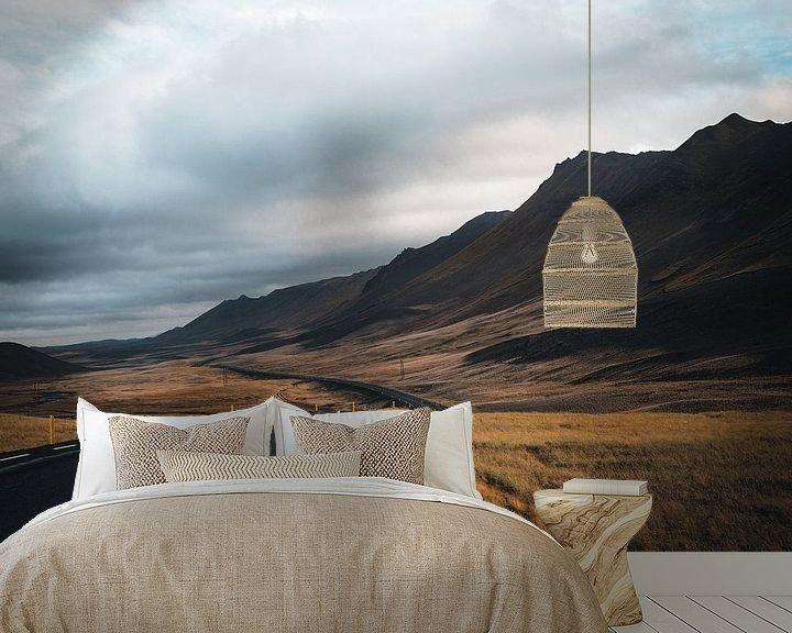 Sfeerimpressie behang: Uitgestrekte weg in Noord IJsland van Lenneke van Hassel
