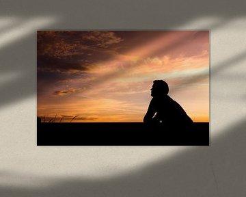 Kleurrijke zonsondergang met schaduw portret van Kim Bellen