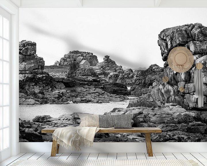 Sfeerimpressie behang: Huisje in de rotsen. van Karel Pops