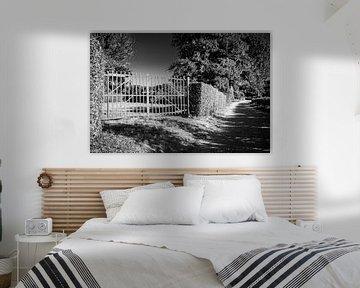 Schwarzweiss-Zaun in eingesperrter Schattenlandschaft von Dorus Marchal