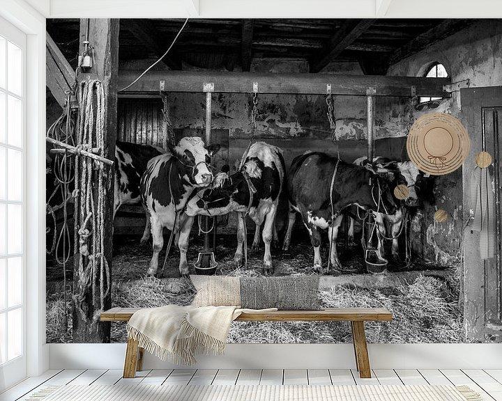Sfeerimpressie behang: Koeien in oude koeienstal van Inge Jansen