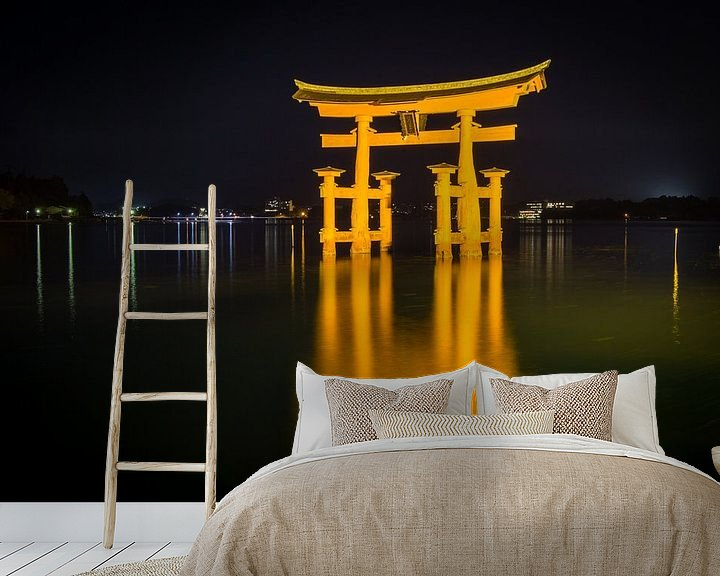 Sfeerimpressie behang: Itsukushima-schrijn, Miyajima, Japan, 's nachts van Marcel Alsemgeest