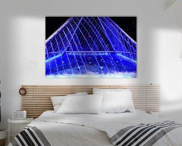 blauwe piramide vormige water fontein van Gerrit Neuteboom