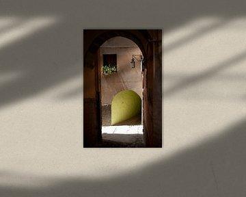 Gasse in Bosa, Sardinien. von Kees van Dun