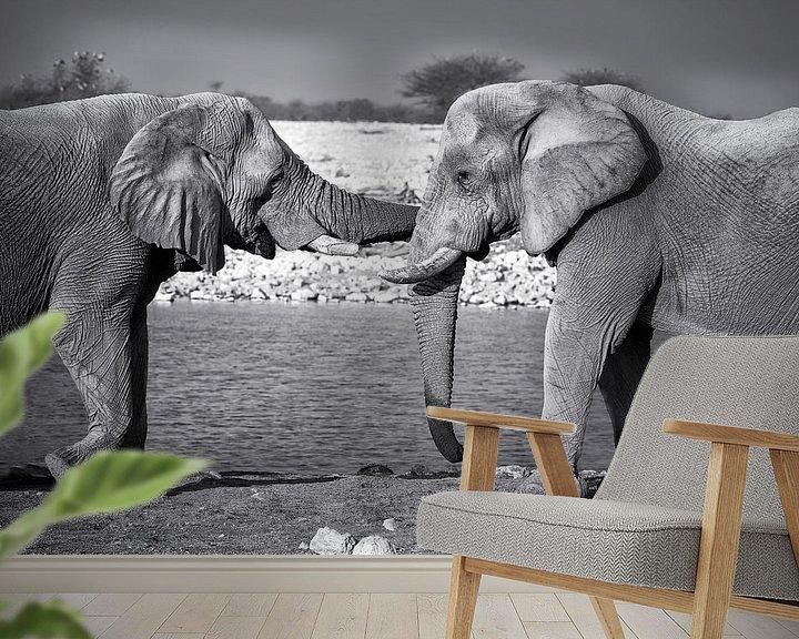 Sfeerimpressie behang: Olifanten knuffel van Fotografie Egmond
