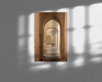 Doorkijkje in lege gang in badhuis van Yke de Vos