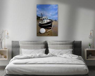Gestrande vissersboot Bretagne van Sandra van der Burg