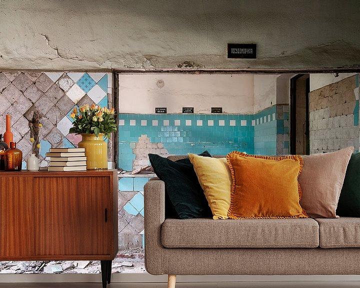 Sfeerimpressie behang: Lege Keuken in Verval. van Roman Robroek