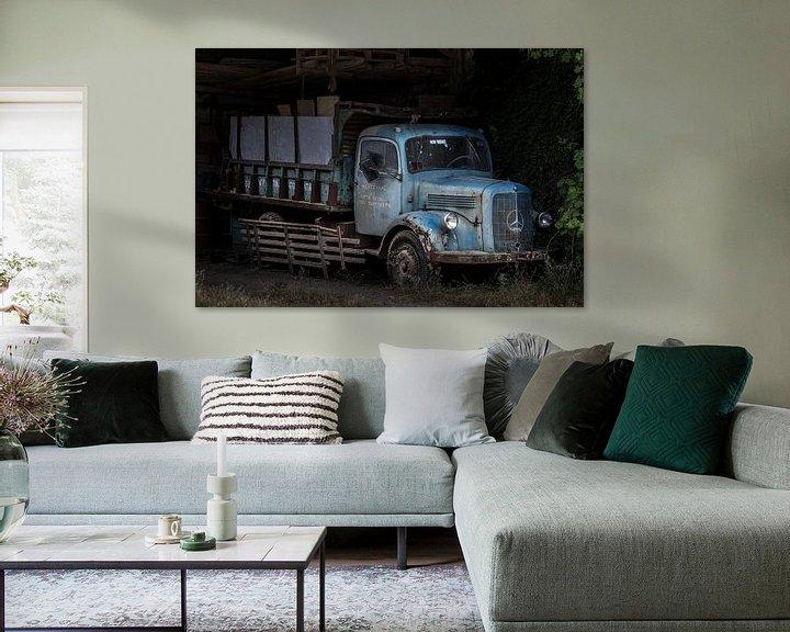 Sfeerimpressie: Oldtimer mercedes benz truck in een vervallen schuur. van Paul Wendels