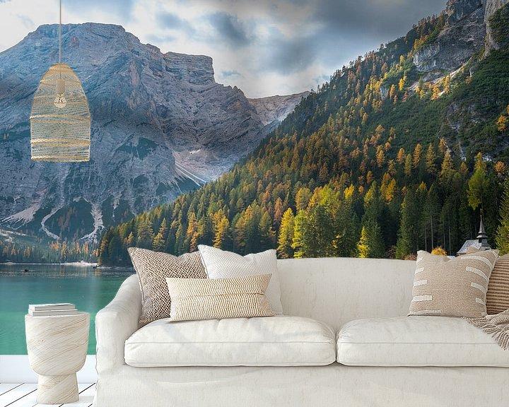 Beispiel fototapete: Kirche an de Pragser Wildsee in der Dolomiten von Rob IJsselstein