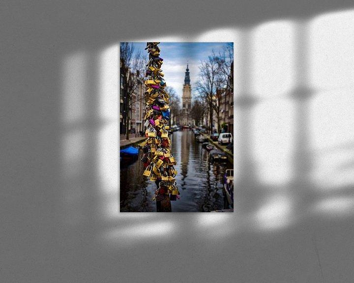 Sfeerimpressie: Liefdesslot vereeuwigd bij Amsterdamse gracht in Nederland van Dorus Marchal