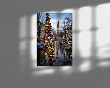 Liefdesslot vereeuwigd bij Amsterdamse gracht in Nederland van Dorus Marchal