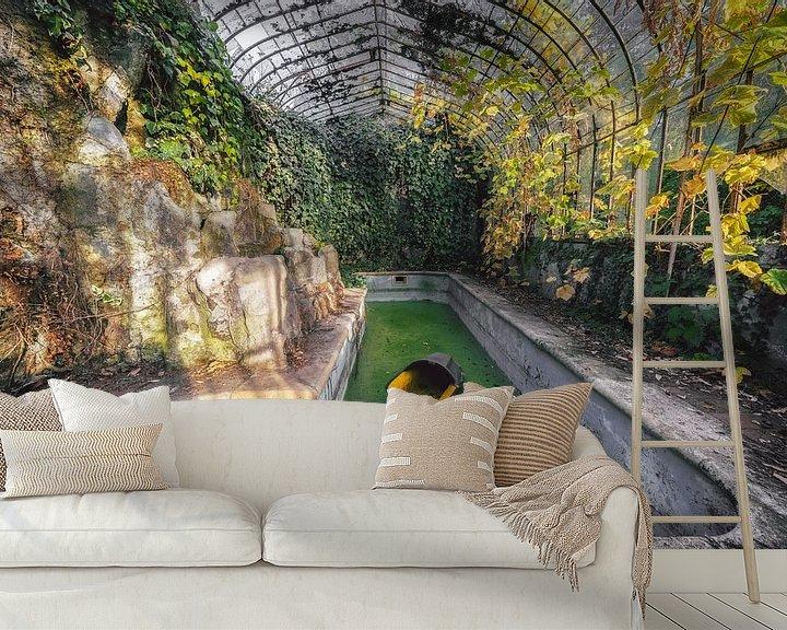 Beispiel fototapete: Ein verlassenes urbexisches Schloss mit einer schönen Orangerie und einem Schwimmbad von Steven Dijkshoorn