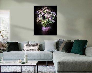 Blumenstrauß mit lila Blüten (abstraktes Stillleben) von Marjolijn van den Berg