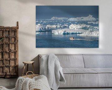 Landschap met ijsbergen en boot van Chris Stenger