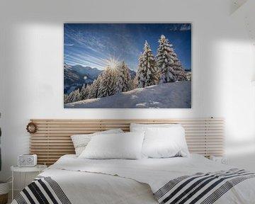 Zon en verse sneeuw in bergen van Oostenrijk van Ralf van de Veerdonk