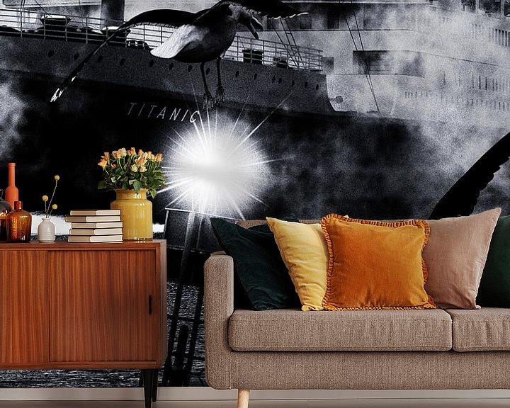 Sfeerimpressie behang: Retro – Klassiek Titanic de afvaart begeleid door meeuwen van Jan Keteleer
