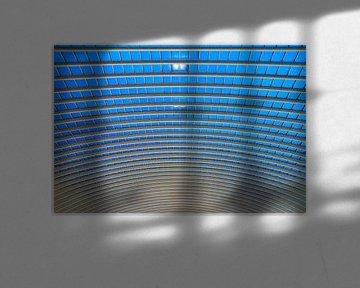 Blauwe abstracte architectuur in Luik von Dennis van de Water