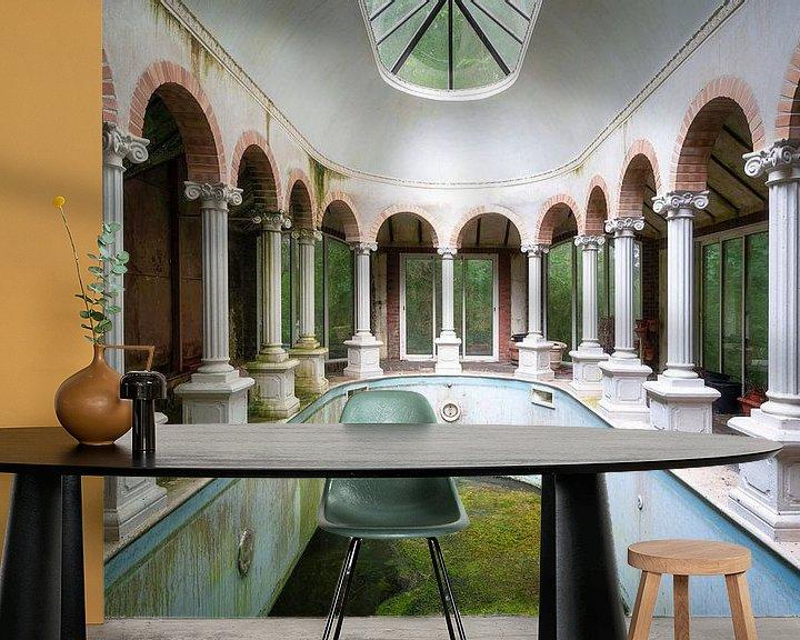 Sfeerimpressie behang: Verlaten Zwembad. van Roman Robroek