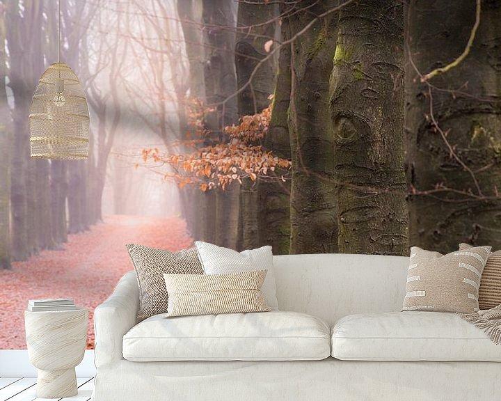 Sfeerimpressie behang: Bospad op een mistige winterochtend van Mayra Pama-Luiten