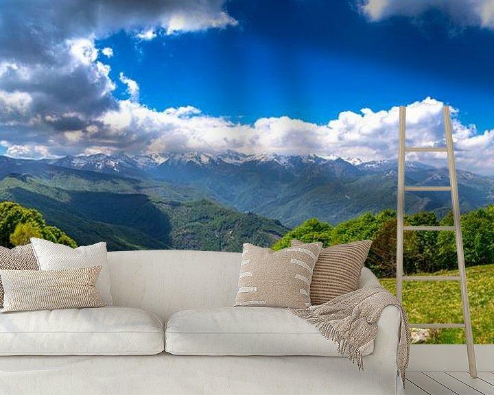Sfeerimpressie behang: Panorama foto van de groene bergen in de Italiaanse alpen van Björn Jeurgens
