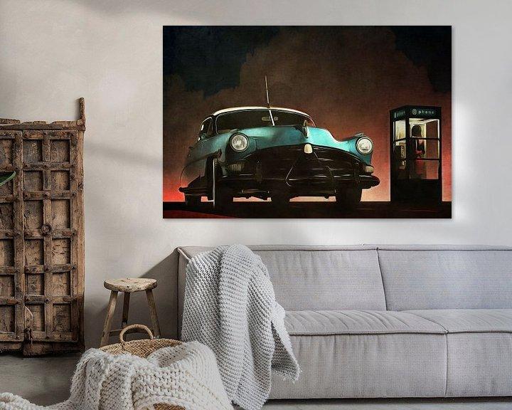 Sfeerimpressie: Retro – Klassiek Oldtimer Hudson Hornet en een vrouw in een telefooncel van Jan Keteleer