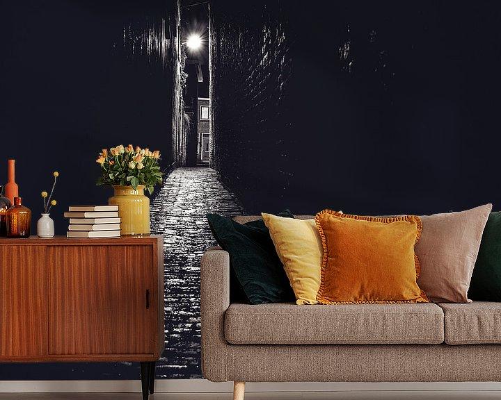 Sfeerimpressie behang: Steeg in zwart wit met avondlicht van Fotografiecor .nl