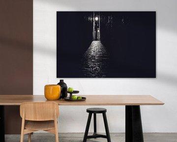 Gasse in Schwarz und Weiß mit Abendlicht von Fotografiecor .nl