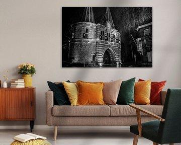Altes Tor in der Stadt Kampen während eines Schneeduschens von Fotografiecor .nl