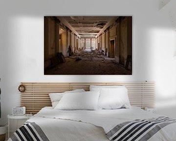 Verlassene Villa mit kaputten Boden. von Roman Robroek