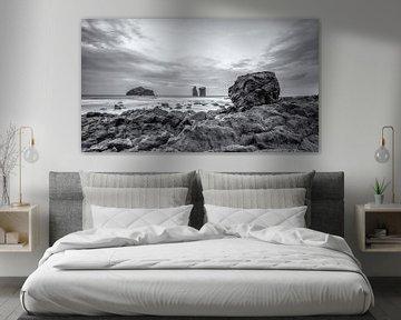 Mosteiros rotsblok met uitzicht over de Atlantische Oceaan von Martijn van Dellen