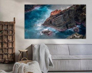 Rotsblok nabij Mosteiros met blauw zeewater von Martijn van Dellen