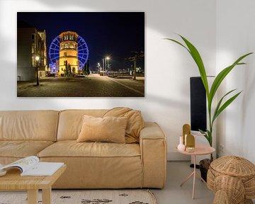 Schlossturm und blaues Riesenrad in Düsseldorf von Michael Valjak