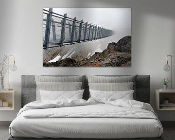 Mysteriöse Brücke in den Wolken oder Nebel - Kanadische Berge von Jutta Klassen