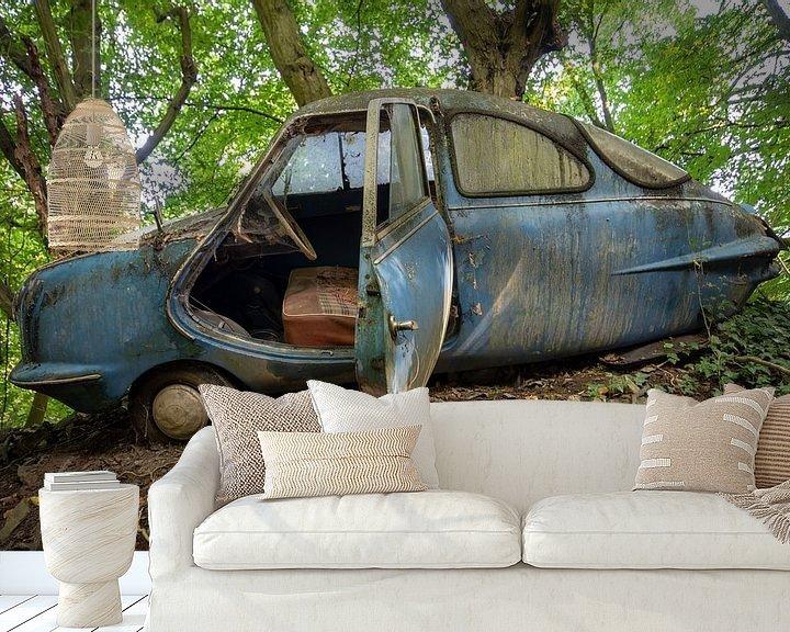 Sfeerimpressie behang: Decay Car van Henny Reumerman