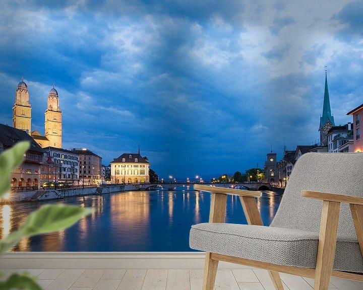 Sfeerimpressie behang: Zurich aan de rivier de Limmat in het blauwe uur in de avond van Dennis van de Water
