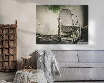 Weiß verfallener Stuhl von Martijn Tilroe