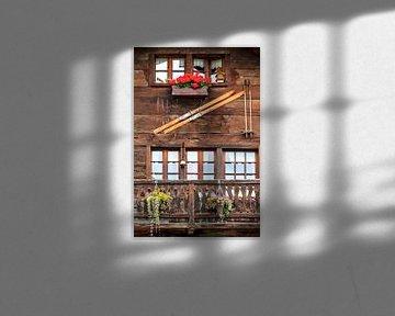 Skies aan de muur en geraniums op het balkon in Zwitserland von Dennis van de Water