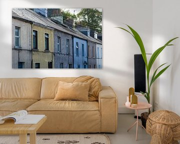 Straße mit bunten Häusern in Cork, Irland von Paul van Putten